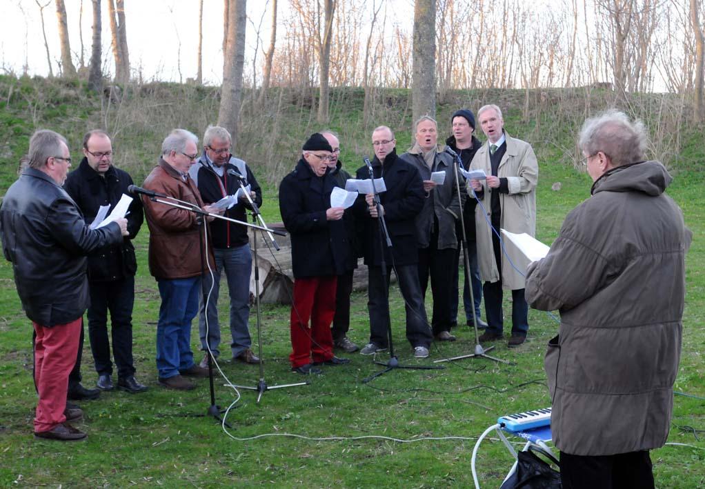 Majgökarna sjunger in våren dirigerade av Ulla Alm.
