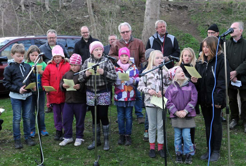 Byns barn, under ledning av Anna-Karin, hjälper ockaså till attsjunga in våren.