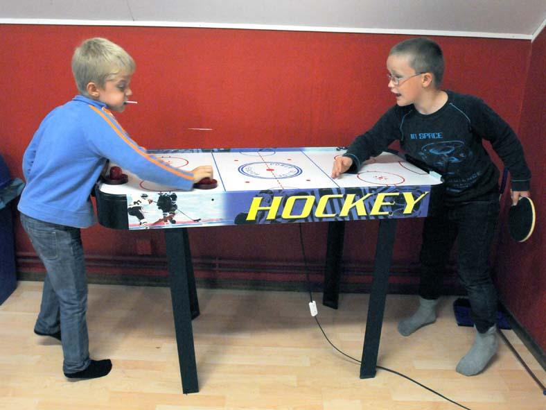 Casper och Casper spelar Air-hockey