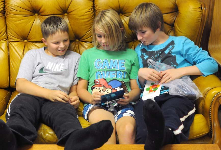 Imantas, Anton & John spelar Nintendo DS
