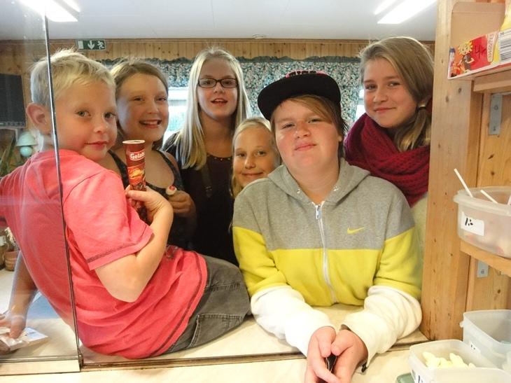 Timmie, Celina, Cornelia, Simone, Erika, Miranda hänger i kiosken