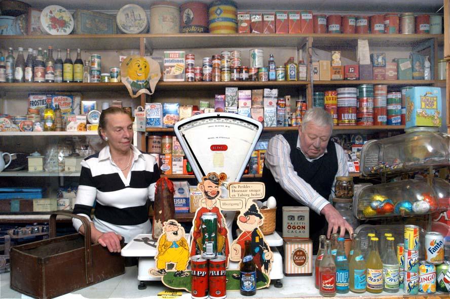 Då det begav sig. Claire och Leif Andersson bakom disken i Smedstorps gamla livsmedelsaffär.