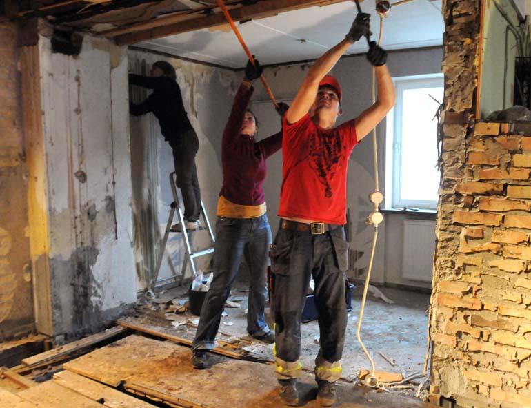Se upp, nu kommer taket! Elenor och Johan samarbetar med kofot och kvast.