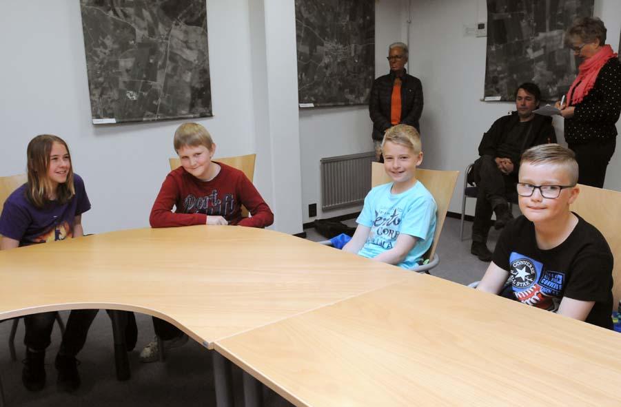 Anton, Hugo, Edvin och Casper väntar på diplomutdelningen
