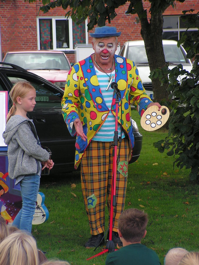 Clownen Jumping Joe med en frivillig