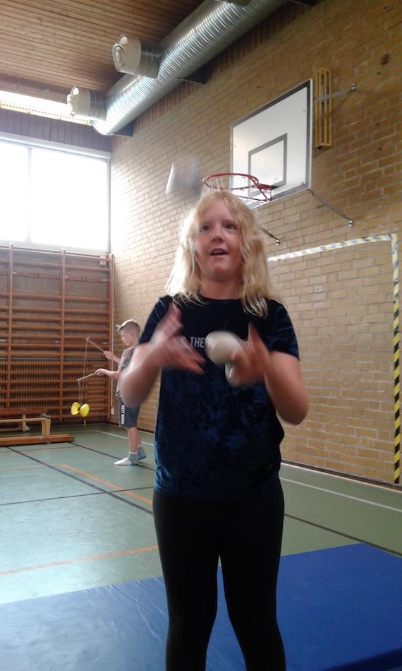 Elsa jonglerar